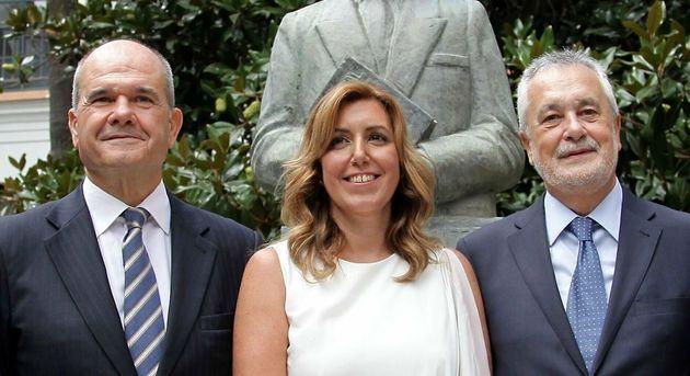 Manuel Chaves y José Antonio Griñán, arropando a Susana Díaz en su toma de posesión, en