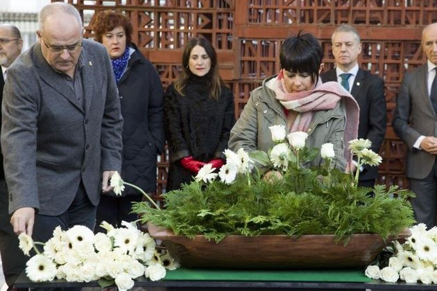 Los portavoces del PNV, Joseba Egibar, y de EH Bildu, Maddalen Iriarte, durante el acto de homenaje a...