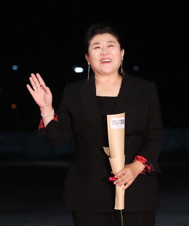 배우 이정은이 21일 오후 인천 중구 운서동 파라다이스시티에서 열린 '제 40회 청룡영화상' 레드카펫 행사에 참석하고