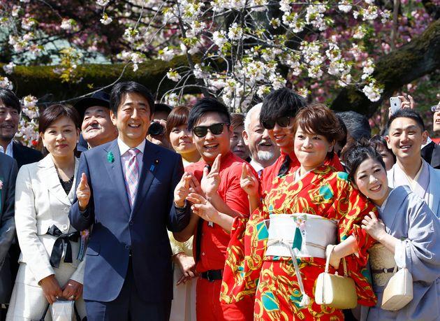 지난 2015년 벚꽃놀이에 참석한 아베 총리와 아키에 여사(가장 왼편)가 일본의 코미디언들과 사진을 찍고