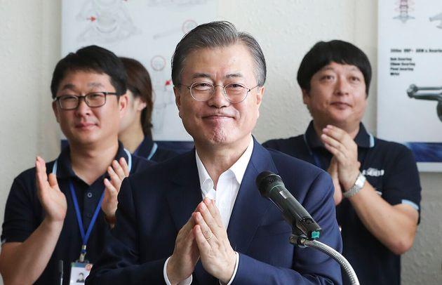 문재인 대통령이 지난 8월7일 경기도 김포시 부품·소재기업인 에스비비테크를 방문해 직원들과 간담회를 하는
