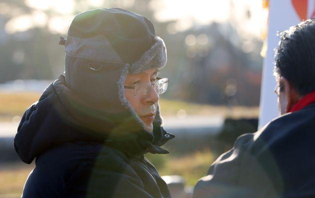 사흘째 단식농성중인 황교안 자유한국당 대표가 22일 오전 서울 청와대 앞 분수광장에서 박맹우 사무총장과 대화하고