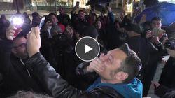 I fan fanno ore di veglia per il disco di Tiziano Ferro. E lui gli fa una sorpresa