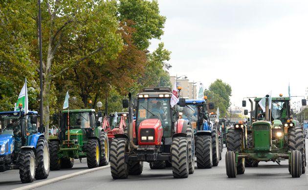 Des milliers d'agriculteurs protestant en tracteurs dans Paris, place de la Nation, en