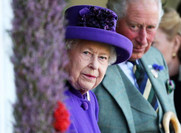La Regina e Carlo fermano Andrea in viaggio verso il Bahrain