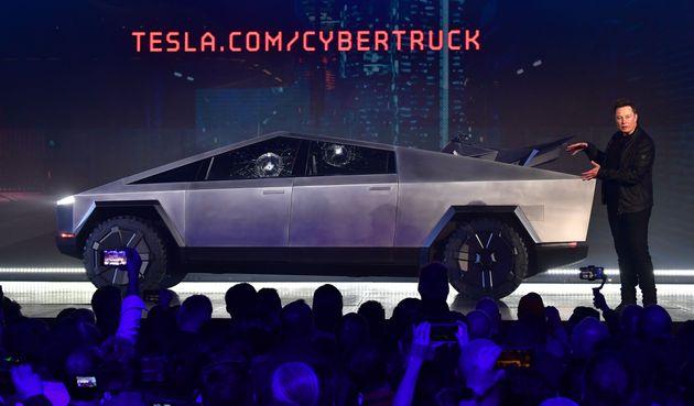 Elon Musk a encore une fois fait les choses en grand pour le dévoilement de son nouveau véhicule