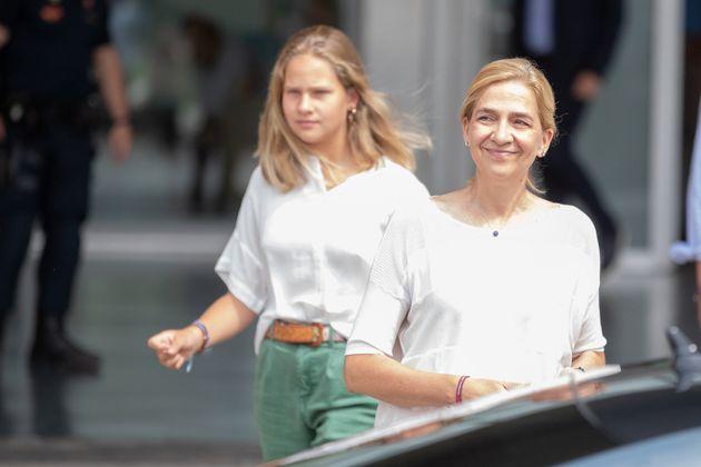 Irene Urdangarín y la infanta Cristina de visita al hospital a ver Juan Carlos