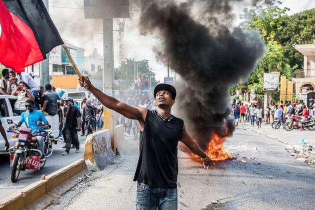 Des manifestants protestent lors d'une marche commémorant la bataille de Vertières, la...