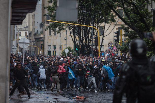 Des affrontements entre policiers et manifestants à Bogota, en Colombie, le 21 novembre
