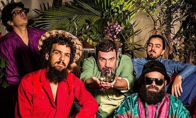 Com 18 anos de estrada e cinco discos no currículo, os pernambucanos do Mombojó musicam...