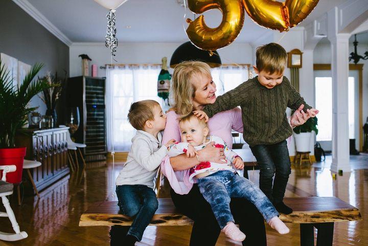 La vice-présidente du Manoir Soleil, Nancy Gaudet, en compagnie de ses petits-enfants (les deux jumeaux fréquentent la garderie Aux petits rayons)