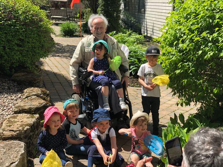 M. Jobin, ancien professeur et résident du Manoir Soleil, enseigne ses connaissances sur les insectes aux tout-petits de la garderie Aux petits rayons.