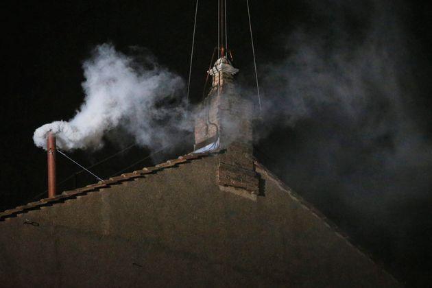 2013年3月、バチカン市国のシスティーナ礼拝堂の煙突から上がった白い煙。「コンクラーベ」の結果、新教皇の選出を知らせた。