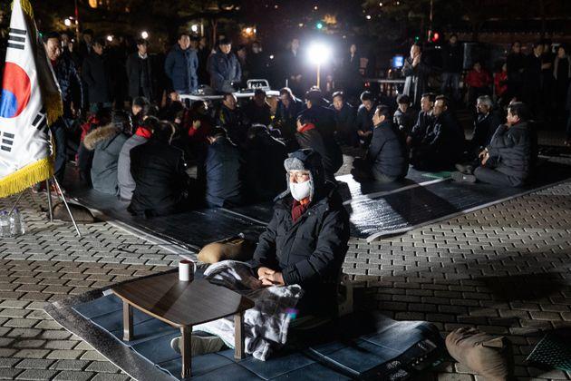 자유한국당 국회의원들이 22일 서울 청와대 분수대 앞 황교안 대표 단식농성장에서 정부의 지소미아 종료 유예 발표와 관련, 긴급 의원간담회를 갖고