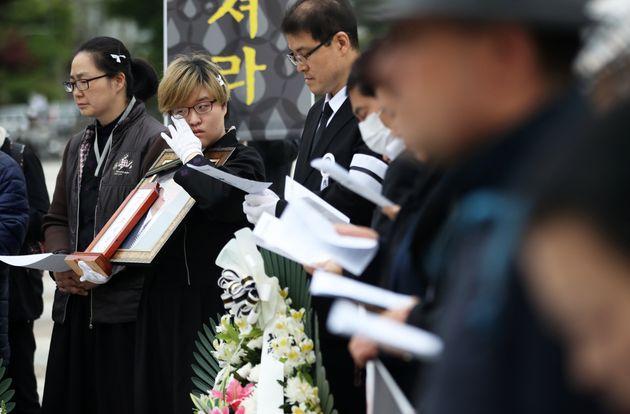 지난 4월29일 서울 종로구 청와대 사랑채 앞에서 열린 '가습기 살균제 피해자 故 조덕진 장례예배 및 진상규명 촉구 기자회견'에서 고인의 딸 조은해 씨가 영정을 든 채 눈물짓고