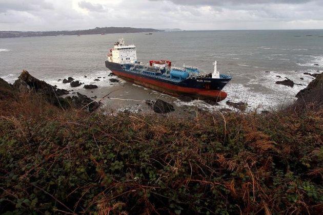"""Vista del barco quimiquero """"Blue Star"""", que este viernes encalló en el litoral del municipio..."""