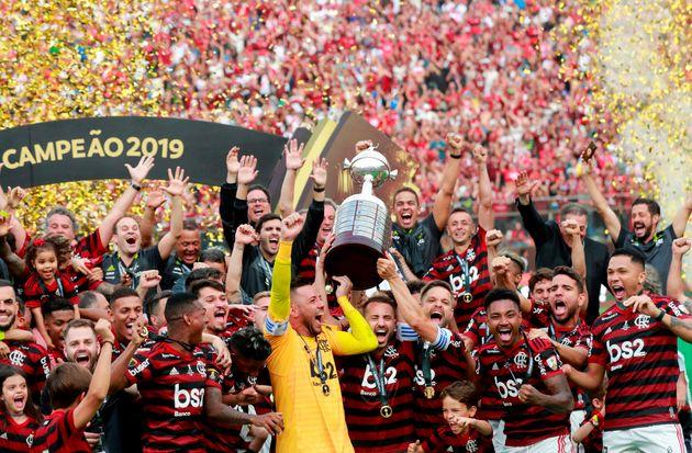 O capitão Diego Alves levanta a tão desejada taça da Libertadores da