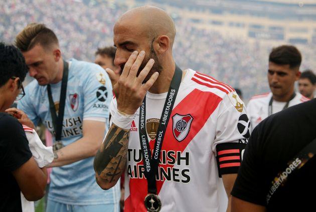 O zagueiro Pinola, capitão do River Plate, chora ao receber a medalha de vice-campeão da