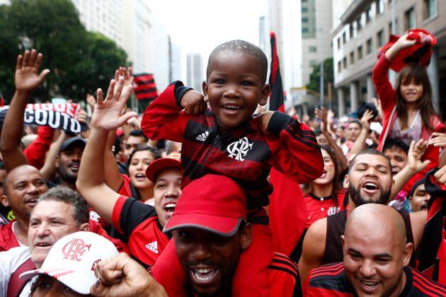 A torcida espera pela chegada dos jogadores do Flamengo para a festa do título na Avenida Presidente...