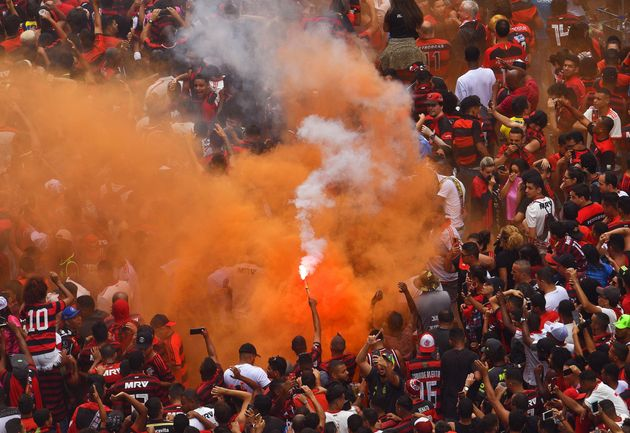 Uma multidão de torcedores comemora a chegada do ônibus com os jogadores do Flamengo no...
