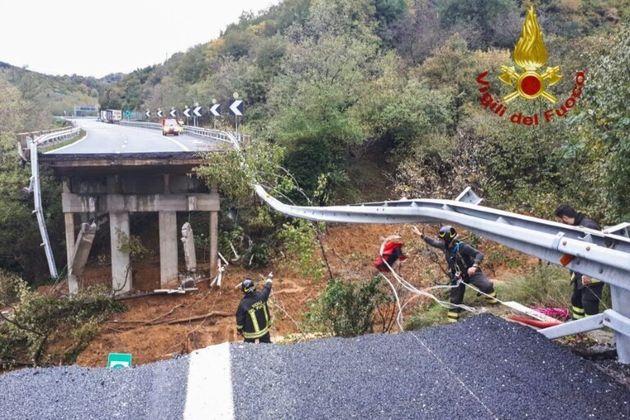 Les images impressionnantes d'un viaduc effondré sur l'A6 en