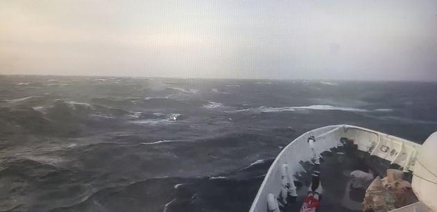 25일 오전 6시5분쯤 제주 마라도 남서쪽 87㎞ 해상에서 근해 문어잡이 어선 A호(24톤·통영선적)이 전복돼 해경이 승선원 구조에 나서고 있다. 사진은 해경이 수색 중인