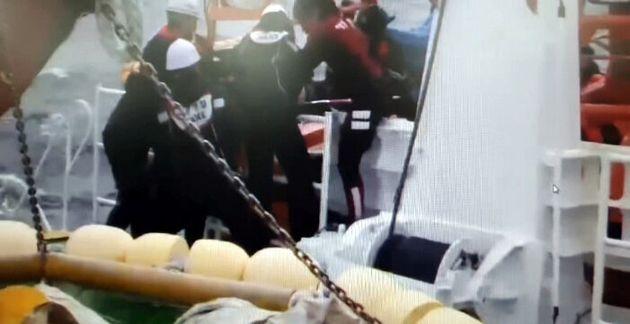 서귀포해경이 25일 오전 제주 마라도 남서쪽 해상에서 전복된 어선(24톤·통영선적)에서 선원을 구조하고
