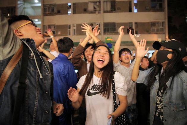 25일 민주당 지지자들이 친중 세력 후보의 패배를 축하하고
