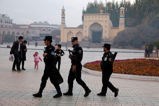 2017년 11월 4일 중국 신장 북서부의 카스가얼 지역의 모스크 앞을 지나가고 있는 위구르