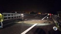 Maltempo: voragine si apre sull'A21. Ticino esonda in un quartiere di