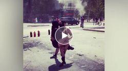 Coppia di manifestanti balla tra scontri e fumogeni durante le proteste in Cile