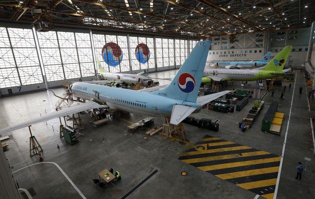 11일 국토부가 서울 강서구 대한항공 격납고에서 균열이 발생한 보잉737NG 항공기 동체 수리현장을 공개하고 있다. 국토부는 737NG 항공기를 긴급 점검해 동체 균열이 발견된 13대를