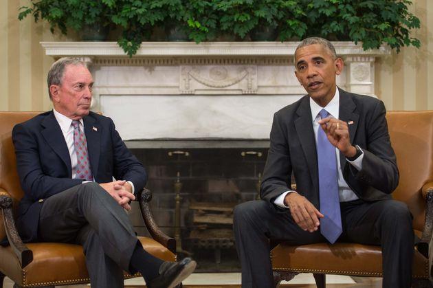 Michael Bloomberg, como exalcalde de Nueva York, y el entonces presidente de EEUU, Barack Obama, en un...