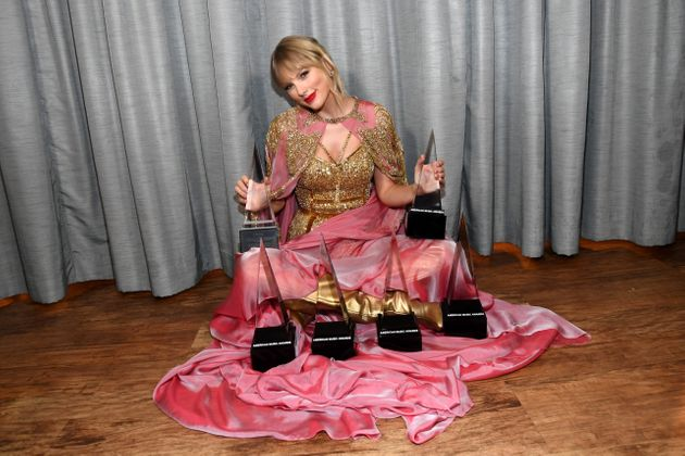 Taylor Swift é homenageada como artista da década e bate recorde no American Music