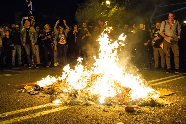 Hoguera en las calles de Barcelona, durante las protestas simultáneas a a entrega de los Premios...