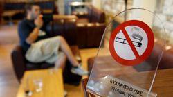 Καπνίζοντας παράνομα σε νοσοκομεία, αστυνομικά τμήματα και εκκλησίες: Τι αποκαλύπτουν οι καταγγελίες στο