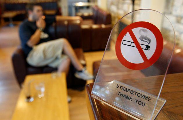 Καπνίζοντας παράνομα σε νοσοκομεία, αστυνομικά τμήματα και εκκλησίες: Τι αποκαλύπτουν οι καταγγελίες...