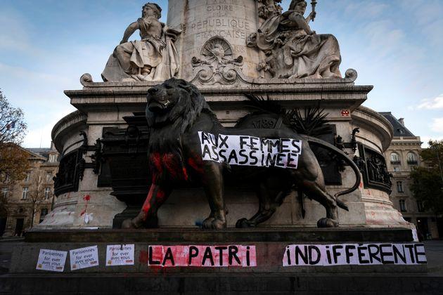 Une bannière dénonçant les féminicides et les violences faites aux femmes,...