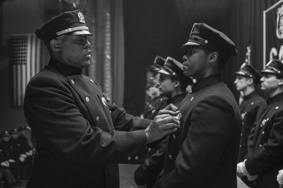 Will Reeves, à direita, representado por Jovan Adepo, entra para o Departamento de Polícia...