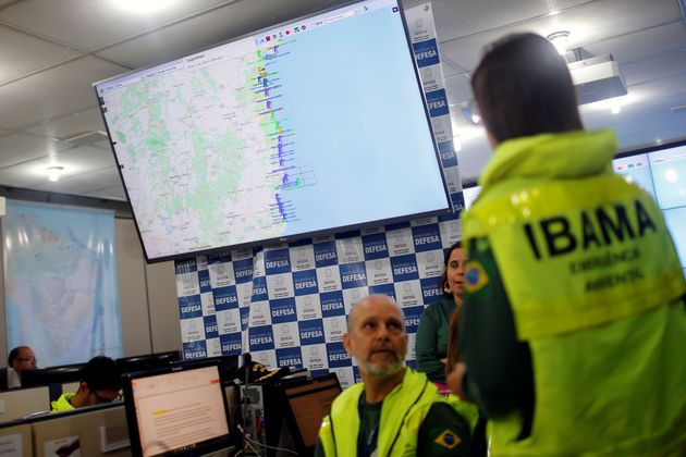 Militares e funcionários do Ibama monitoram vestígios de óleo na costa brasileira...