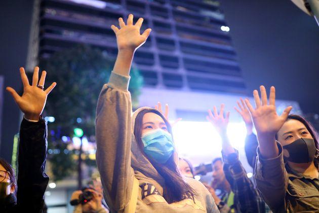 選挙活動に参加する若者たち