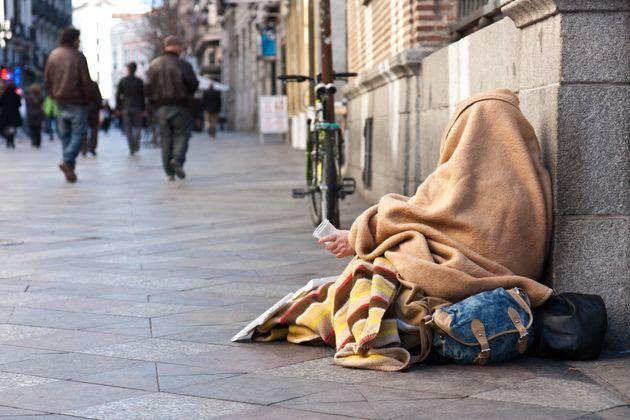 Una persona sin hogar en