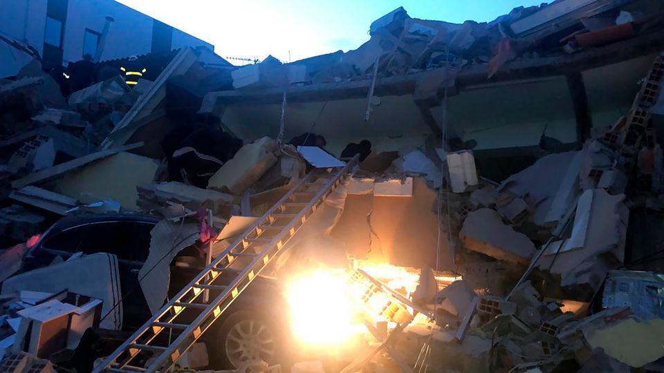 Σεισμός στην Αλβανία: Εικόνες καταστροφής - Πολυκατοικίες καταρρέουν σαν πύργοι από