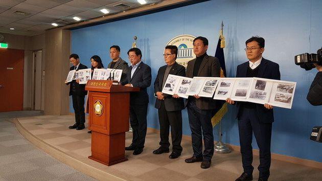 26일 국회 정론관에서 대안신당 박지원·최경환 의원이 '5·18 사진자료 공개' 기자회견을 진행하고