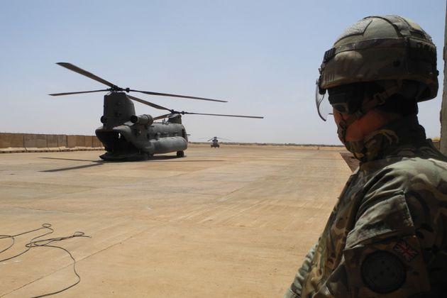 Un hélicoptère dans la base militaire de GAO au