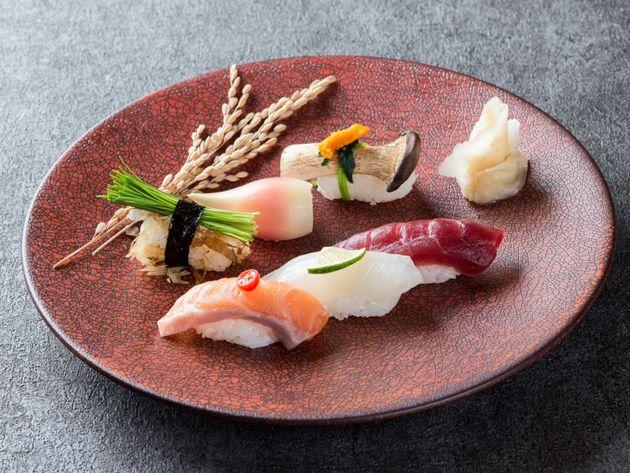 「日本の伝統」寿司の盛り合せと野菜すし