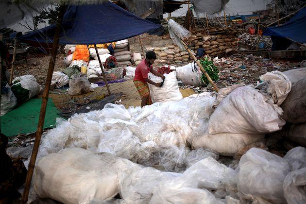 Une plateforme de recyclage de polythène installée le long de la rivière Buriganga...