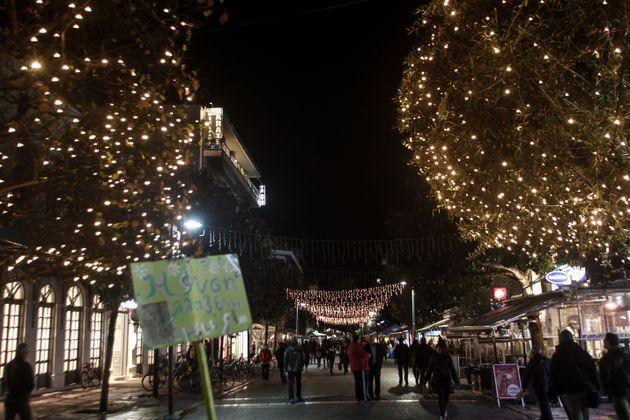 Τρίκαλα: Φωταγωγήθηκε το ψηλότερο φυσικό χριστουγεννιάτικο δέντρο της
