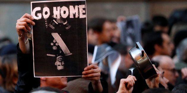 Cartel con el mensaje 'Regresa a casa' sobre la imagen de Felipe