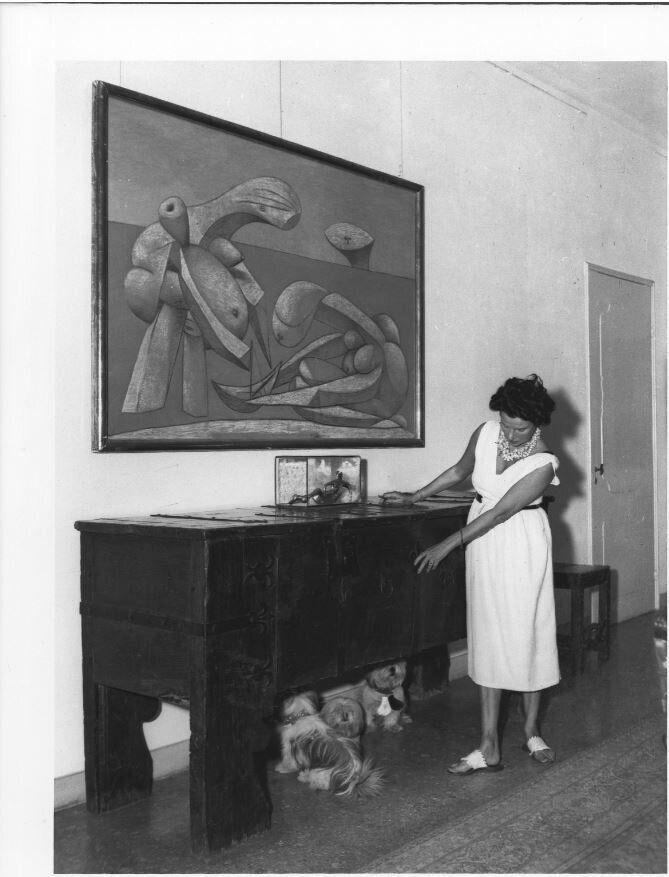 Peggy Guggenheim a Palazzo Venier dei Leoni, Venezia, primi anni '50. Alla parete, Pablo Picasso, Sulla spiaggia (La Baignade), 1937.